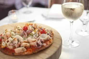 The thin crust pizzetta di mare.